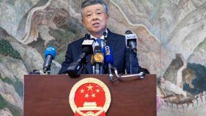 """Kinas ambassadör  Liu Xiaoming talar till medier i London: """"Vi lutar oss inte bara tillbaka och tittar på det som sker i Hongkong""""."""