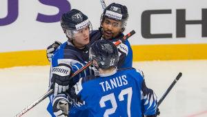 Spelarna i Finlands andrakedja i JVM klappar om varandra efter ett mål.