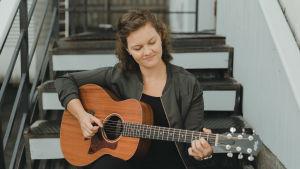 Sofie Lundell med sin gitarr.