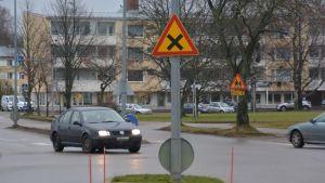 Bil i korsningen Halmstadsgatan och Esplanaden i Hangö.