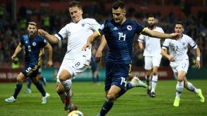 Robin Lod kämpar om bollen med Amer Gojak