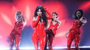 Camila Cabello esiintyy tanssijoiden kanssa.
