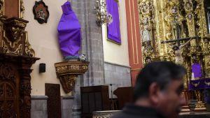 Kvinnogestalter täckta i tyg som en protest mot våldet mot kvinnor i Mexiko.  Kyrkan De los Santos Cosme y Damian i Mexiko City 4.3.2020