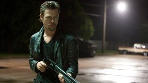 Brad Pitt aseen kanssa.