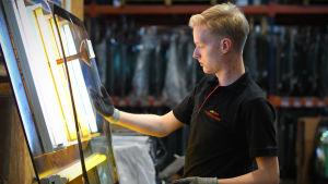 Mikael Hagelstam på jobb på ett vindrutelager i Tallinn.