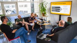 Kuvassa Yle Mediateknologian osaston työntekijöitä palaverissa.