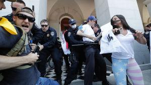Polisen skingrade demontranter utanför kongressbyggnaden i Sacramento.