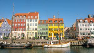 De färgglada husen och båtarna i Nyhavn i Danmark.
