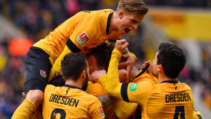 Dynamo Dresdens spelare firar ett mål i 2–1-segern mot FC Erzgebirge Aue den 8 mars.