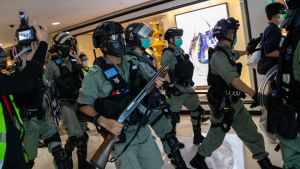 Kravallpolis i ett köpcentrum i Hongkong.