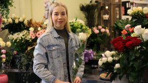 Abiturientti Venla Rantala haminalaisessa kukkakaupassa.