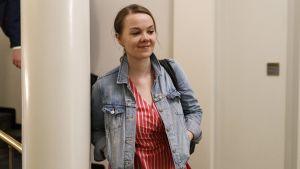 Katri Kulmuni går ut från riksdagen.