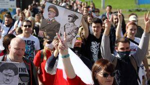 På en del plakat jämställdes Lukasjenko med Hitler.
