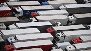 Långtradare köade i Dover på fredagen. Nu släpps de inte in i Frankrike och trafiken står.
