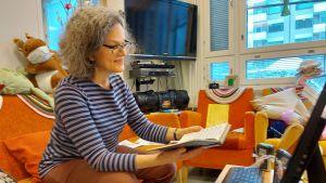 Sjukhusmusiker Anna Brummer leder en sångstund per distans på Tölö senioercenter. 2021.