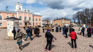 Demonstration med plakat på torget i Lovisa.