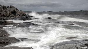 stormigt hav och klippor
