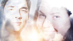 Ansiktena av en kvinna och en man tittar in mot kameran genom ljusa suddiga strålar.