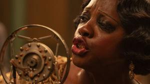 Närbild av en sjungande Viola Davis som Ma Rainey.