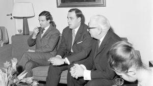 Ranskalainen elokuvaohjaaja François Truffaut vierailulla Suomessa. François Truffaut, todennäköisesti tulkki ja Suomi-Filmi Oy:n toimitusjohtaja Risto Orko sekä toimittajia Suomi-Filmin toimitiloissa vuonna 1964.