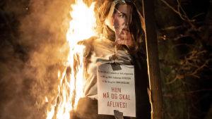 En brinnande docka av Danmarks premiärminister Mette Frederiksen