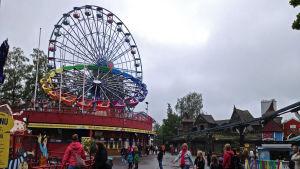 Borgbacken en regnig dag, pariserhjulet i bakgrunden