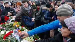 Människor lägger blommor på den plats i Moskva där Boris Nemtsov dödades.