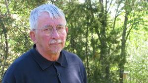 Osmo Kivivuori hör till den naturskyddsförening som har besvärat sig mot Kanax hönsgård.