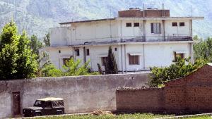 Pakistansk arméjeep passerar Osama bin Ladens hus dagen efter att han dödades