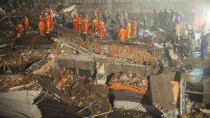 En skofabrik rasade i staden Wenling i Kina den 4 juli 2015.