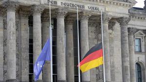 Tysklands flagga och EU-flaggan på halvstång utanför riksdagshuset i Berlin på lördagen 23.7.2016