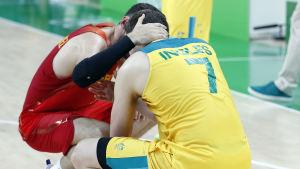 Spaniens Rudy Fernandez tröstar Australiens Joe Ingles.
