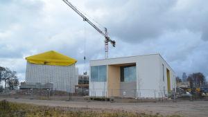En arbetsplats med stängsel runt där Hangö havsbad finns och bostäderna på Fabriksudden.