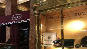 Skjortor och andra Trumpprylar till salu i Trump Tower på Manhattan i New York,