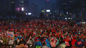 Tiotusentals demonstranter trotsade regnet under en protest i Seoul i onsdags där man krävde att president Park Geun-hye avgår