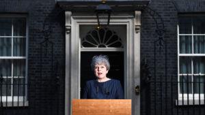 Theresa May meddelar att hon vill utlysa nyval utanför Downing Street 10 i London.