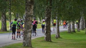 Juniorer vid Norrvalla åker iväg på träningspass på rullskidor.