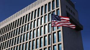 USA:s flagga vajar utanför ambassaden i Havanna.