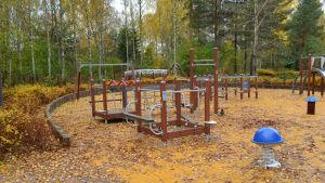 Thurmanska lekparken, med träd i höstfärger i barkgrunden.