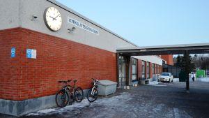 Ingången till Kyrkslätts gymnasium.