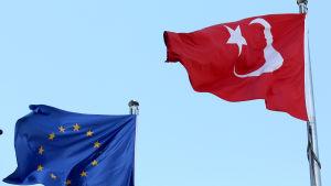 EU:s och Turkiets flaggor.