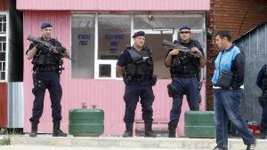 Relationerna mellan serber och albaner och fortfarande spända i Kosovo där beväpnade poliser bevakade vallokaler i lokalvalet i fjol somras