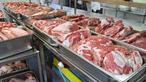 Griskött som har saltats för att bli pulled pork.