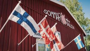 Sommaröhallen ja Pohjoismaiden maitten lippuja.
