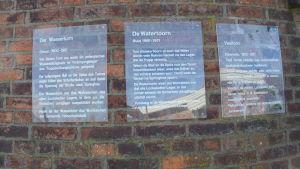 Trespråkig informationstavla (tyska, plattyska och finska) vid vattentornet