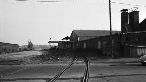 Fiskehamnen, järnväg med station. I bakgrunden Brändö.
