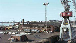 Färgbild från 1966 över bilhamn i Sumparn.