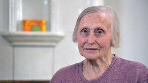 äldre kvinna med grått häär