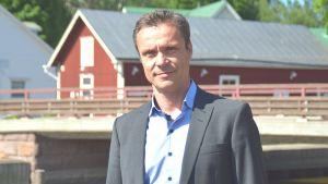 Ingås kommundirektör Rober Nyman vid hamnen i Ingå.