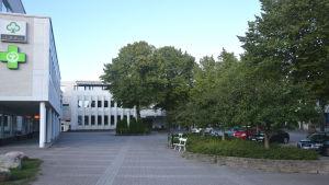 En byggnad med ett öppet torg framför sig.